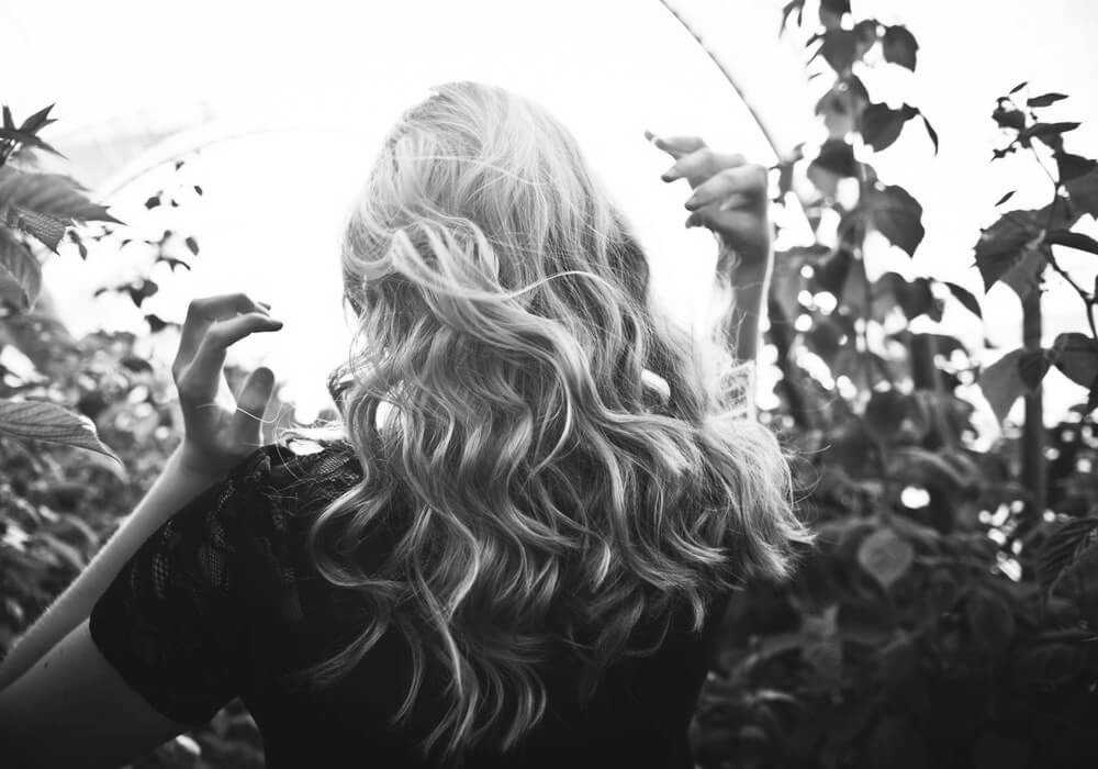 curly-blonde-hair-style-black-and-white (1)